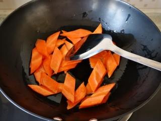 混炒素菜,放入胡萝卜