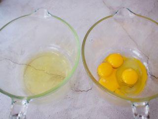 棉花纸杯蛋糕,<a style='color:red;display:inline-block;' href='/shicai/ 9/'>鸡蛋</a>是这样分配的:3个蛋清,3个蛋黄和1个全蛋,这样分别分离好备用