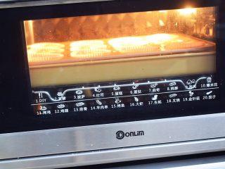 棉花纸杯蛋糕,放入预热好的烤箱,上下火150度,用水浴法中层烤50-60分钟