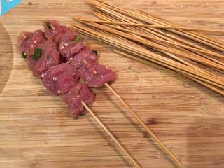 泰式沙爹,取出猪肉,串在泡过水的竹签上