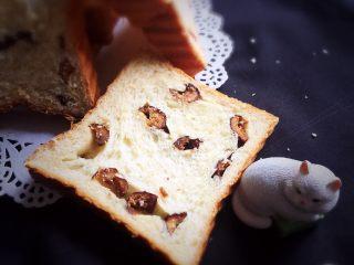 红枣吐司面包,里面的红枣清晰可见,尝一尝味道很棒,这款吐司得到家人的喜爱。