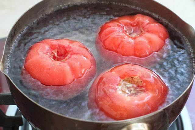 西红柿鸡蛋打卤面,将西红柿洗净,在顶部划出十字,这样会方便去皮;锅中烧开水,将十字部位朝下放入水中烫煮约三十秒,捞出立刻用凉水冲洗;