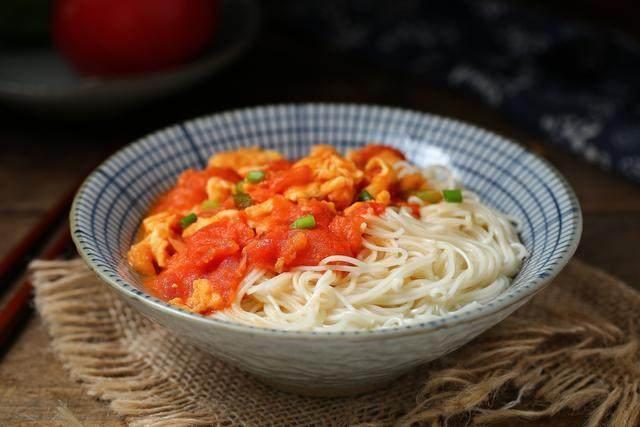 西红柿鸡蛋打卤面,浇上西红柿鸡蛋卤汁就可以食用了。