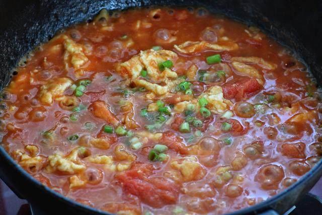 西红柿鸡蛋打卤面,把炒好的鸡蛋倒入西红柿中,按照个人口味调入适量的盐和<a style='color:red;display:inline-block;' href='/shicai/ 756'>鸡精</a>(要拌面条食用,会比平时做菜的味道咸一点,最后撒入小葱花关火即可);