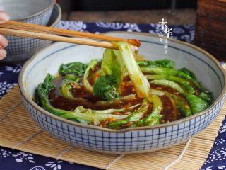 蒜蓉蚝油生菜,用勺子把酱汁均匀倒在生菜面上即可。清脆好吃。