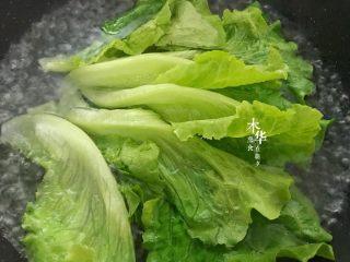 蒜蓉蚝油生菜,把洗好的生菜放入焯几秒钟。生菜变色后捞出摆盘。