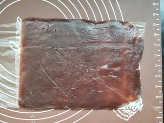 山药豆沙卷,然后把豆沙片放在山药片上面,同时撕掉保鲜袋。只留山药下面那层保鲜袋。