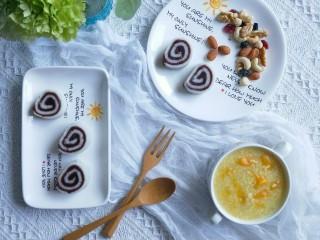 山药豆沙卷,摆入盘中,即可食用。配上小米南瓜粥,每日坚果,早餐就做好了。