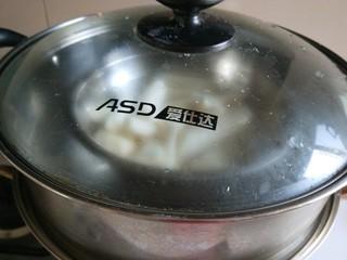 山药蜜豆卷,上锅蒸熟。