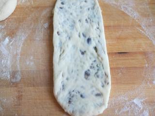 山药蜜豆卷,擀成牛舌形状。