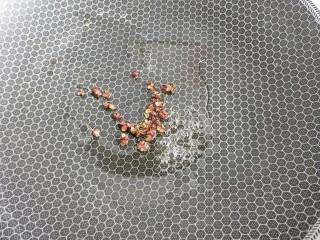 双菇鸡丝,炒锅倒油。放入花椒炸黑。然后捞出扔掉。