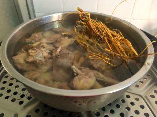 虎尾轮水鸭汤,蒸锅放入适量水烧开,放入蒸架,再把鸭肉放到蒸架上,盖上盖子,中火蒸100分钟。