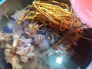 虎尾轮水鸭汤,倒入2000ml水,喜欢喝汤可以多放一些,看个人喜欢。