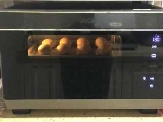 奶香小面包,170度中层上下火预热5分钟,烤18分钟左右。