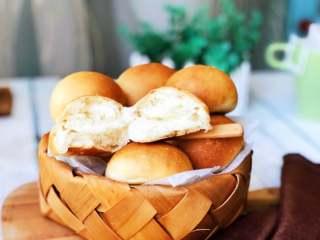 奶香小面包,掰开看看,奶香浓郁,松软美味。
