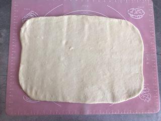 芝麻酱烧饼,讲松弛的面用擀面杖擀成5mm厚的薄片