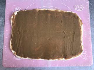 芝麻酱烧饼,将调好的麻酱均匀的涂抹在面皮上