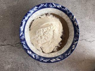 芝麻酱烧饼,最后倒入50g的普通面粉