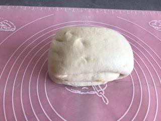 芝麻酱烧饼,在从中间对折一下,然后盖上保鲜膜继续松弛20分钟