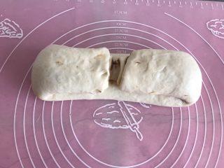 芝麻酱烧饼,收口向上,从两端向中间对折