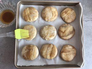 芝麻酱烧饼,放入烤盘中,刷上之前调好的装饰糖液