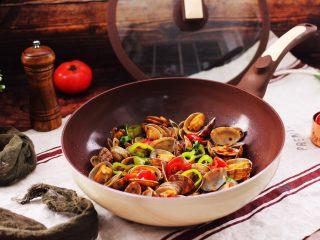 辣爆花蛤,啦啦啦,鲜辣味十足的辣爆花蛤出锅咯,新思特巧克力炒锅,火候掌握得非常均匀,极大的锁住了食材的水分,炒出来的花蛤色泽诱人又营养丰富。