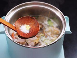 花蛤时蔬面,根据个人口味,加入适量的盐和鸡精调味。