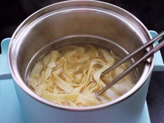 花蛤时蔬面,锅中倒入适量的清水烧开后,把鲜面条放入锅中。