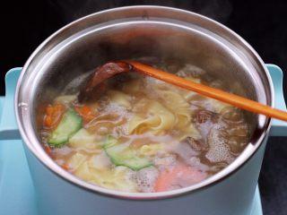 花蛤时蔬面,大火煮沸后。
