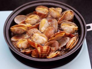 花蛤时蔬面,大火烧至所有的花蛤都张开口,即可关火,把炒好的花蛤盛出备用。
