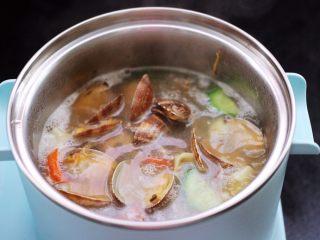 花蛤时蔬面,锅中加入提前炒好的花蛤。