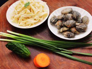 花蛤时蔬面,准备好所有的食材。