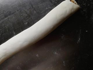 肉松馒头卷,卷起,用一把锋利的小刀切成一段一段
