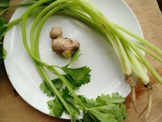 牡蛎干贝砂锅粥,准备芹菜和生姜