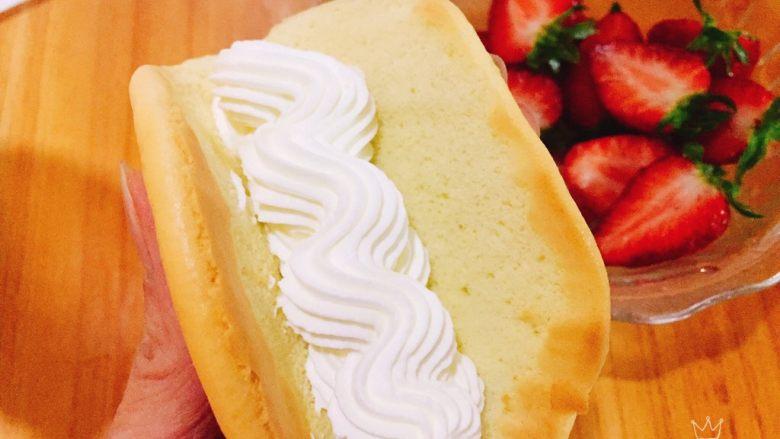 草莓抱抱卷+春天的味道,先挤上一条奶油,放入切好的草莓