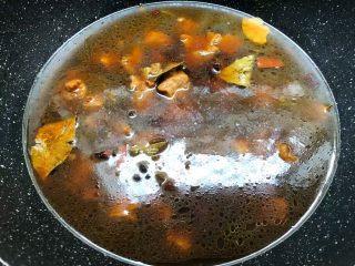 萝卜烧牛腩,倒入适量水,水量高出食材1cm,盖上盖子,大火把汤煮开,转中火炖40分钟。