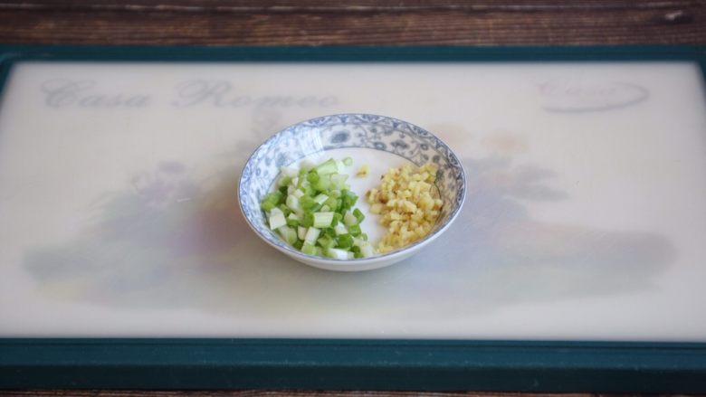 鸡丁炒豌豆杏鲍菇,小香葱切成葱花,姜切成末。