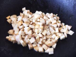鸡丁炒豌豆杏鲍菇,热锅凉油,放入杏鲍菇丁煸炒,煸炒约1~2分钟,至杏鲍菇水分析出,盛出备用。 杏鲍菇提前煸炒一下析出水分是为了更好的入味。