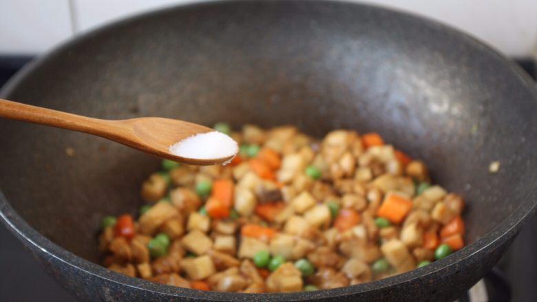 鸡丁炒豌豆杏鲍菇,最后加少许盐调味。
