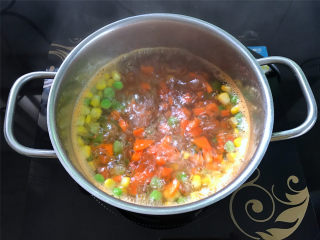 鲜虾小披萨,1小段胡萝卜去皮后切成小粒,和玉米粒和豌豆加少许盐一起焯熟。