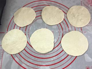 鲜虾小披萨,分别把6个小面团擀成中间稍厚,四周薄的圆面片。