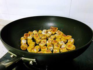 平底锅高钙小馒头,底部金黄后,用筷子不停翻面,煎到四面金黄,表皮酥脆,内部结构柔软,高钙南瓜小馒头就好了。