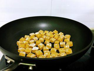 平底锅高钙小馒头,一个一个将小方块放入不粘平底锅中,每个之间保留点空隙出来,在加热的过程中会膨胀,以防连一起,开火,中小火,锅热后转为小火。此时,一个质量过硬的平底锅很有必要,不粘锅不糊,我这个是美亚的,用起来非常好。