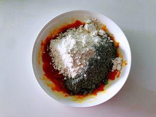 平底锅高钙小馒头,加入面粉和黑芝麻粉。