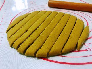 平底锅高钙小馒头,拿出来在案板上揉两分钟排气,用擀面杖擀成厚点的片,不要擀太薄了,用刀把擀好的面片切成宽窄一样的长条。