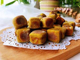 平底锅高钙小馒头,香香的黑芝麻味道随之飘散着,简单易操作,让家里的主食和零食健康起来!