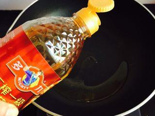凉拌豆腐皮,锅中倒入花生油加热至七成热