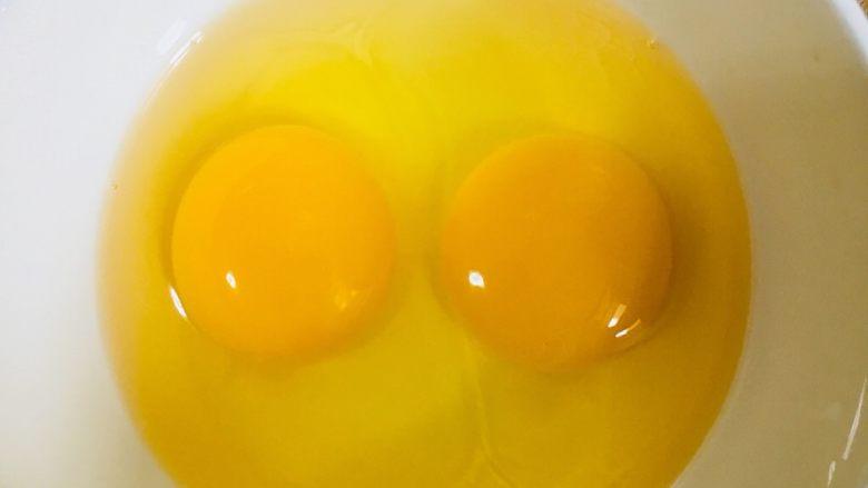 蕃茄炒蛋,鸡蛋打入碗中