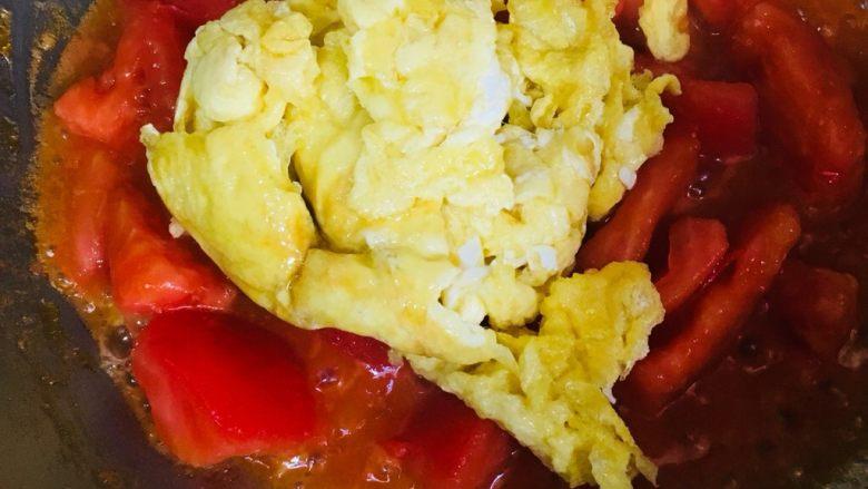 蕃茄炒蛋,倒入炒好的鸡蛋炒匀