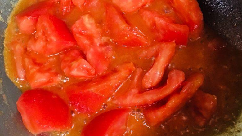 蕃茄炒蛋,翻炒至蕃茄出汁